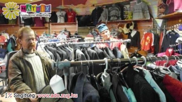 Sokan a Centerke Adományozói Központban válogatnak maguknak ruhát