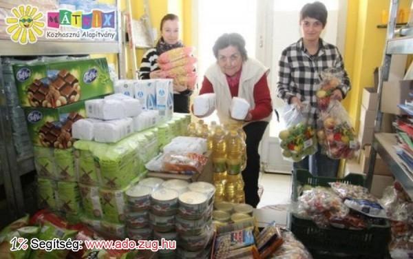 Készítik az élelmiszercsomagokat az Önkéntesek