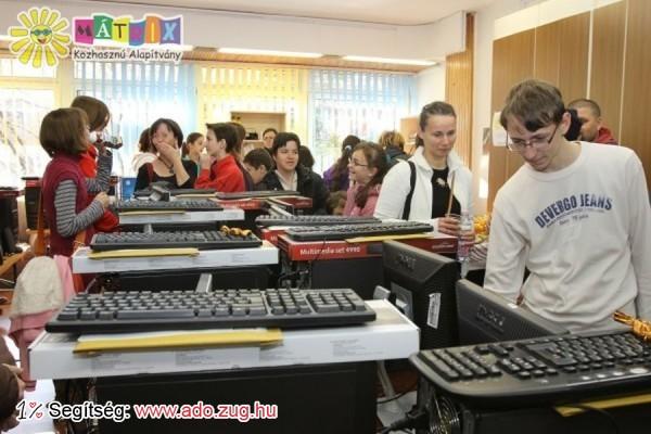Ötven rászoruló gyermek kapott számítógépet az szja támogatások révén